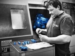 Unser Maschinenbau erstellt Werkzeuge für Pressen und Walzen • Frey Schrauben